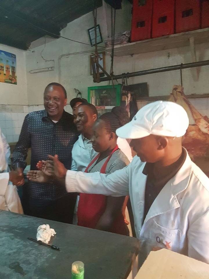 President Uhuru Kenyatta in Kibra having lunch Nyama Choma, accompanied by senator Mike Sonko, Sakaja and Women rep Rachel Shebesh