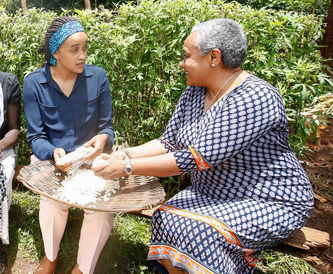 First lady and First daughter Ngina Kenyatta preparing maize pic